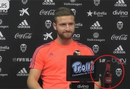 """""""Valencia"""" privertė musulmoną žaidėją pozuoti su alaus buteliu (VIDEO)"""