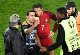 C.Ronaldo apsaugojo nusifotogratuoti panorusį aikštės įsibrovėlį (VIDEO)