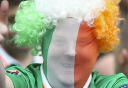 """Televizijos žurnalistas """"pakliuvo"""" į airių gerbėjų rankas (VIDEO)"""