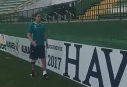 """Kojos netekęs """"Chapecoense"""" vartininkas vėl pasirodė futbolo stadione (VIDEO)"""