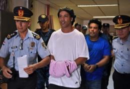 Paragvajuje su padirbtu pasu įkliuvęs Ronaldinho pasiųstas į tardymo izoliatorių