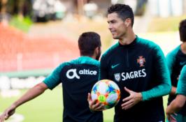 """C. Ronaldo laimėjo """"Auksinės pėdos"""" apdovanojimą"""