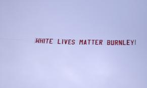 """""""White Lives Matter"""" plakatą virš """"Etihad"""" stadiono iškėlęs """"Burnley"""" fanas neteko darbo"""