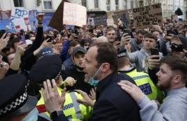 """""""Chelsea"""" fanai prieš mačą su """"Brighton"""" surengė protestą"""