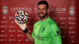 """Dar vienas: Alissonas padėjo parašą ant naujos """"Liverpool"""" sutarties"""