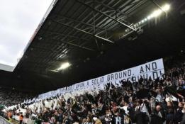 """Dėl medikų įsikišimo tribūnose, buvo sustabdytos """"Newcastle"""" ir """"Tottenham"""" rungtynės"""
