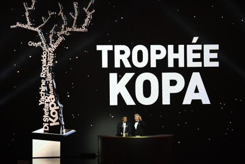"""Luka Modričiaus rankose – """"Auksinio kamuolio"""" apdovanojimas"""