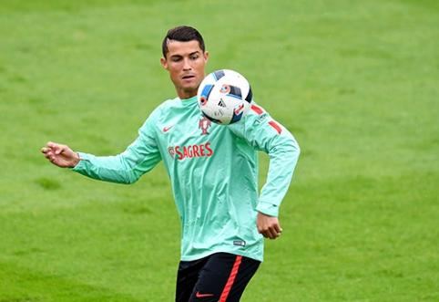 """Dėl nekalto klausimo įtūžęs C.Ronaldo """"konfiskavo"""" žurnalisto mikrofoną (VIDEO)"""