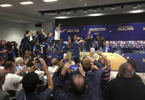 D. Deschampso konferencijoje - dainuojantys futbolininkai ir besiliejantis šampanas (VIDEO)