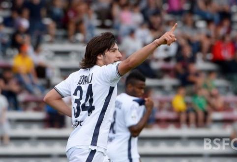 """""""Chelsea"""" susidomėjo """"Serie B"""" pirmenybėse žaidžiančiu naujuoju A. Pirlo"""