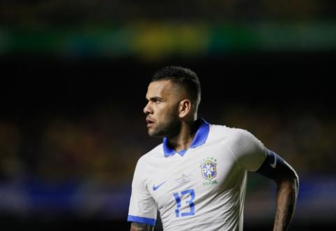 """""""Barcelona"""" atsisakė planų susigrąžinti D. Alvesą"""