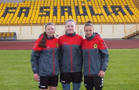 """Trys jaunosios futbolininkės susiejo ateitį su """"Gintra"""""""