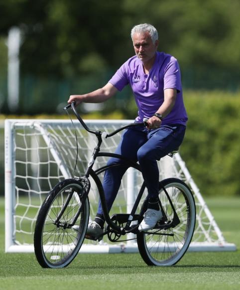 J. Mourinho treniruotes veda su dviračiu