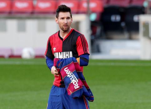 """D. Maradoną pagerbęs L. Messi užtraukė baudą """"Barcelona"""" ekipai"""