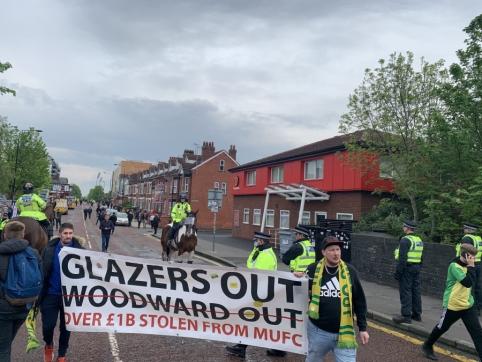 """""""Man Utd"""" fanų protestai tęsiasi: už veiksmą prieš autobusą – areštas"""