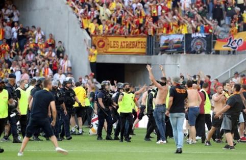 """Fanų muštynėmis pažymėtose rungtynėse – dar vienas """"Ligue 1"""" čempionų pralaimėjimas"""