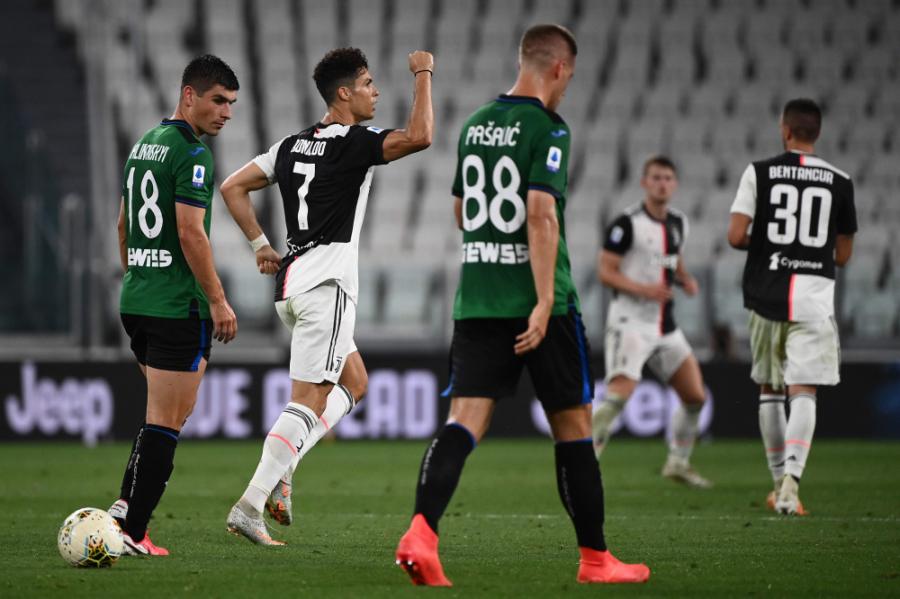 """Du 11 metrų baudiniai išgelbėjo """"Juventus"""" nuo"""