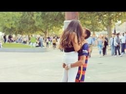 Apsimetėlis Neymaras gatvėje bučiavo merginas